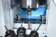 Optional measuring: a measuring probe, located outside the machining area, brings quality assurance to the machine. In automated measuring cycles, carried out between machining process and component removal, the VL 5i logs the offset data and provides a record for quality assurance purposes.
