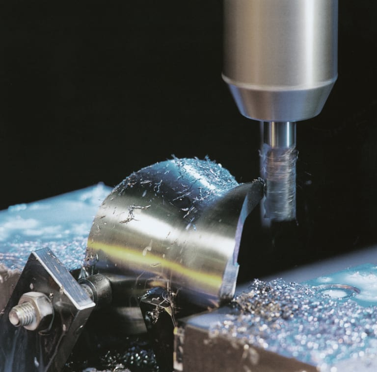 Implants for knee joints are precision machined with the High-Speed Cutting HSC process on a machine tool run by Siemens SINUMERIK 840D solution line CNC technology.