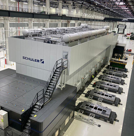 It supplies the blanks for the servo press line in the Smart Press Shop with an output of 20 strokes per minute. © Schuler